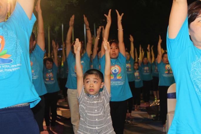 Màn trình diễn Yoga của 4.000 người trên phố đi bộ Hồ Gươm - Ảnh 3.