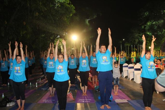 Màn trình diễn Yoga của 4.000 người trên phố đi bộ Hồ Gươm - Ảnh 4.