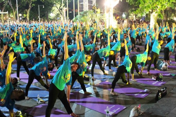 Màn trình diễn Yoga của 4.000 người trên phố đi bộ Hồ Gươm - Ảnh 8.