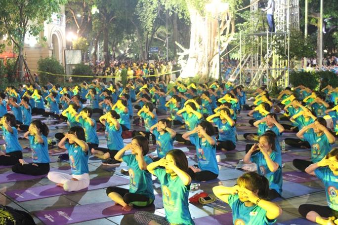 Màn trình diễn Yoga của 4.000 người trên phố đi bộ Hồ Gươm - Ảnh 15.