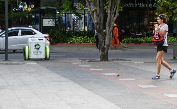 Vì sao thùng rác ở phố đi bộ Nguyễn Huệ có 2 bánh xe? - Ảnh 2.