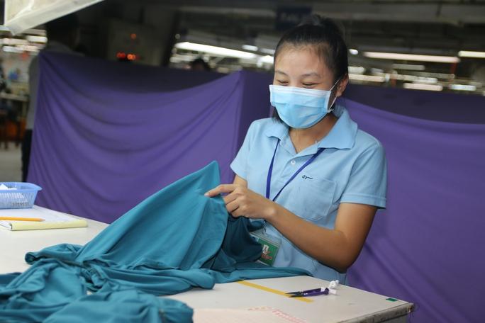 Lao động nữ trong giờ làm việc Ảnh: KHÁNH AN