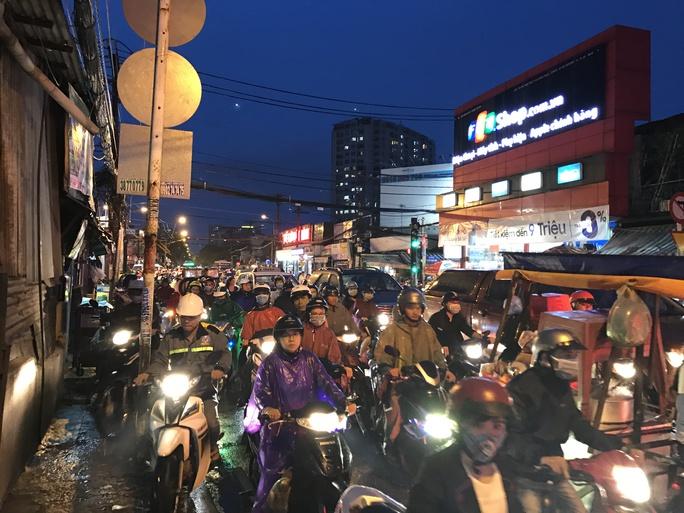 TP HCM: Kẹt xe dữ dội trên đường Ung Văn Khiêm, CSGT bất lực - Ảnh 4.