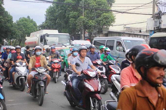 Khoảng 17 giờ ngày 2-1, lượng phương tiện đổ về khu vực Bến xe Miền Đông bắt đầu tăng