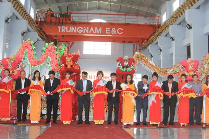 Lãnh đạo một số tỉnh miền Trung và Tây Nguyên cùng chủ đầu tư cắt băng khánh thành dự án