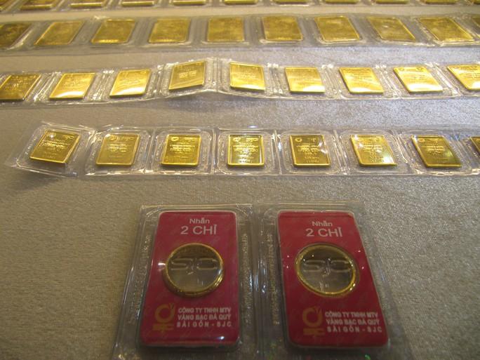 Giá vàng SJC lao dốc, người mua vàng cầm chắc lỗ - Ảnh 1.