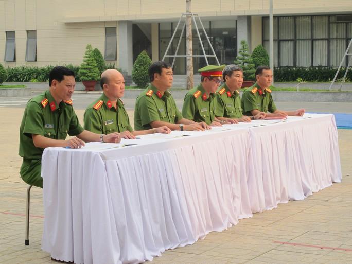 Thượng tá Lê Văn Hải (ngoài cùng bên trái)