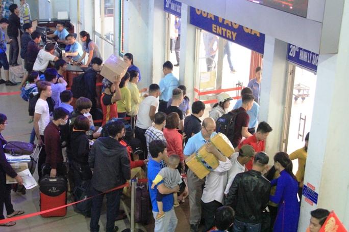 Hành khách tập trung ở cửa vào ga để lên tàu về quê đón tết