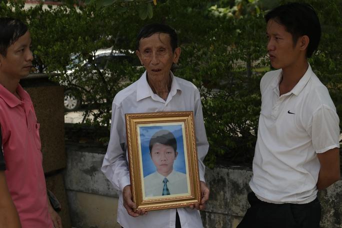 Người cha già ôm di ảnh nạn nhân Bùi Văn Thuyết đến tòa