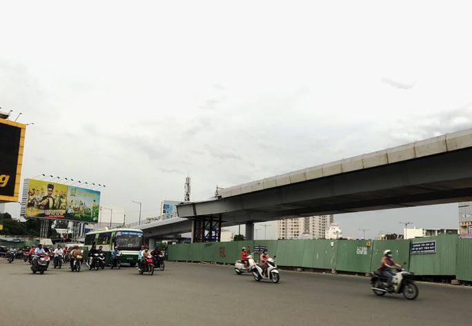 Thi công nhánh thứ hai cầu vượt giải cứu cửa ngõ Tân Sơn Nhất - Ảnh 1.