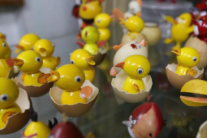 Nhân dịp Xuân Đinh Dậu 2017, ông tạo hình 70 chú gà xoay quanh các chủ đề như gia đình gà hạnh phúc, gà trống nuôi con, gà cùng một mẹ...