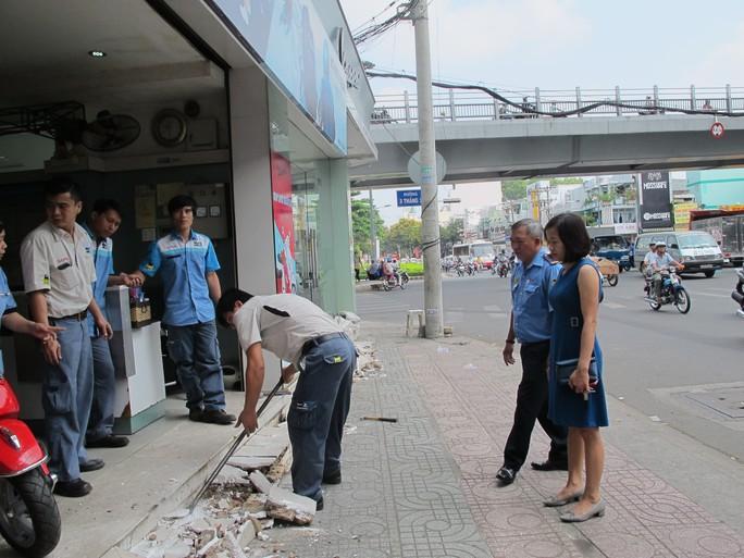 Chị Nguyễn Thị Ánh yêu cầu nhân viên tự tháo dỡ