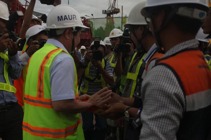 Chủ tịch UBND TP Nguyễn Thành Phong tặng quà và lì xì cho các kỹ sư, công nhân