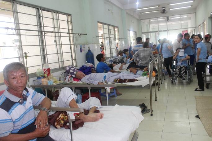 Hơn 100 công nhân nghi ngộ độc thức ăn - Ảnh 1.