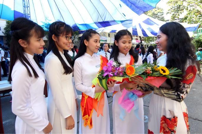 Cô và trò Trường THPT Bùi Thị Xuân TP HCM trong tà áo dài. Ảnh: Hoàng Triều
