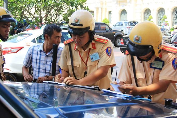CSGT lập biên bản xe biển số xanh đậu trên đường Nguyễn Huệ, đoạn trước UBND TP HCM