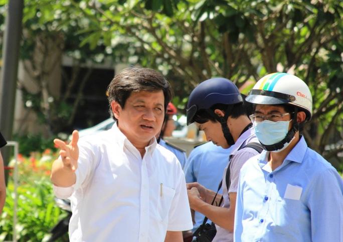 Sáng 22-2, ông Đoàn Ngọc Hải, Phó Chủ tịch UBND quận 1, TP HCM tiếp tục chỉ đạo các lực lượng xử lý các trường hợp xe ô tô đậu trên vỉa hè ở các tuyến đường trung tâm, tập trung ở các cơ quan nhà nước và ngân hàng