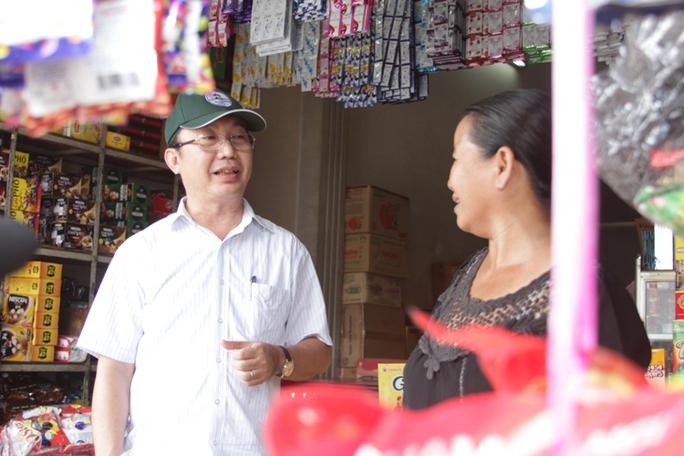 Trưa 14-3, ông Trần Thế Thuận, Chủ tịch UBND quận 1 đã trực tiếp kiểm tra vỉa hè và hỏi thăm tình hình buôn bán các tiểu thương ở phường Cầu Ông Lãnh