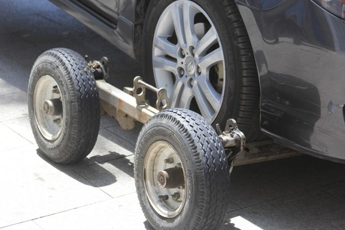 Nâng bánh xe ô tô vi phạm lên trước khi kéo về bãi tập kết