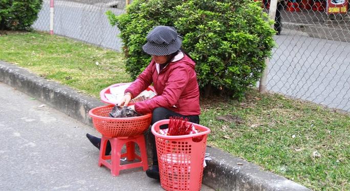 Dịch vụ đổi tiền lẻ, bán tiền vàng may mắn vẫn xuất hiện tràn lan trong khu vực đền Trần