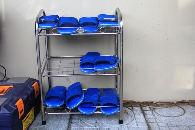 Kệ dép để người dân sử dụng đi xuống dưới NVSCC ở giao lộ Lý Thái Tổ – 3 tháng 2