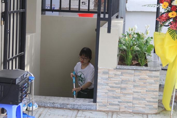 Nhân viên của quán cà phê sẽ có nhiệm vụ dọn dẹp, lau chùi để NVSCC được sạch sẽ