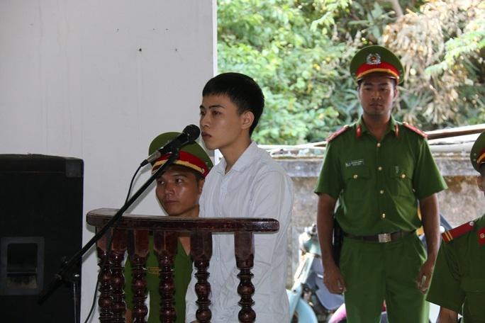 Hàng trăm người kéo đến xem xét xử nam thanh niên giết người - Ảnh 2.