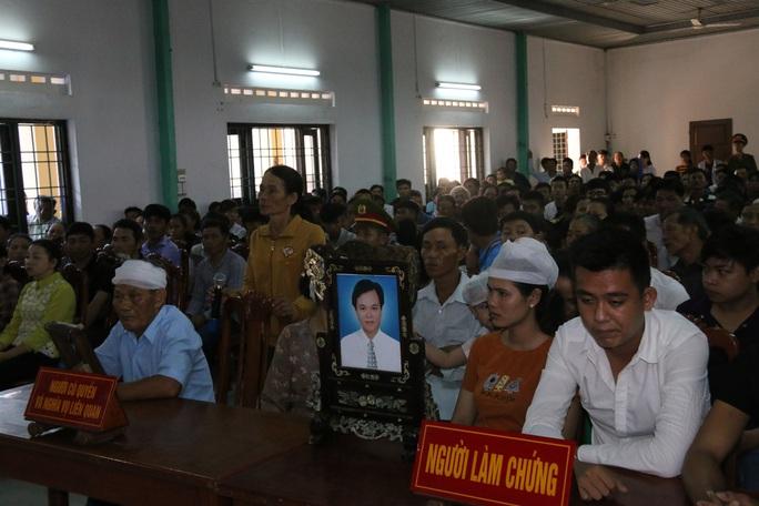 Hàng trăm người kéo đến xem xét xử nam thanh niên giết người - Ảnh 3.