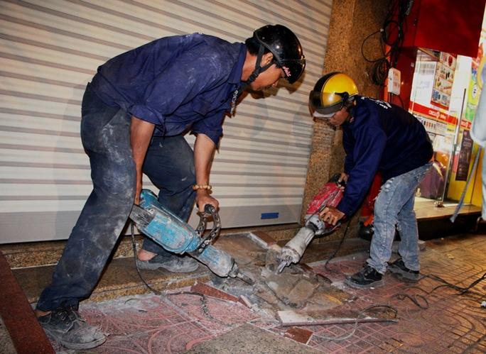 Trước đó, hàng loạt bậc tam cấp và mái che lấn chiêm vỉa hè đường Hải Triều cũng bị tháo dỡ