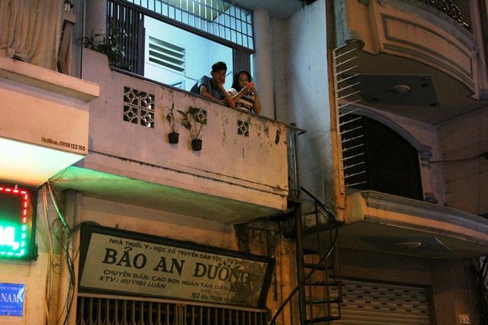 Cũng trên đường Trần Hưng Đạo, phường Nguyễn Cư Trinh, cầu thang một căn nhà nằm trên vỉa hè. Người hàng xóm cho biết cầu thang là lối lên xuống của nhà ở tầng lầu, tầng trệt là một hộ khác.