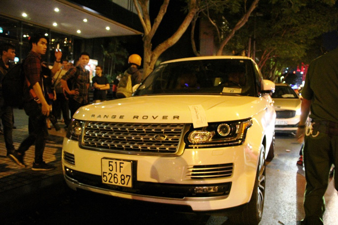 Một chiếc xe hơi nhãn hiệu Range Rover khác cũng bị dán niêm phong. Khoảng hơn 5 phút sau, tài xế ra đề nghị được đóng phạt tại chỗ. Khi lực lượng chức năng thông báo phải cẩu về phường, làm thủ tục đóng phạt mới được nhận xe về thì tài xế lo lắng vì ngày mai có việc cần phải sử dụng