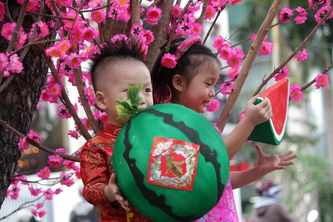Các em nhỏ cũng tỏ ra thích thú khi được bố mẹ cho ăn mặc trang phục truyền thống cùng với nhiều phụ kiện xinh xắn để chụp ảnh lưu niệm.