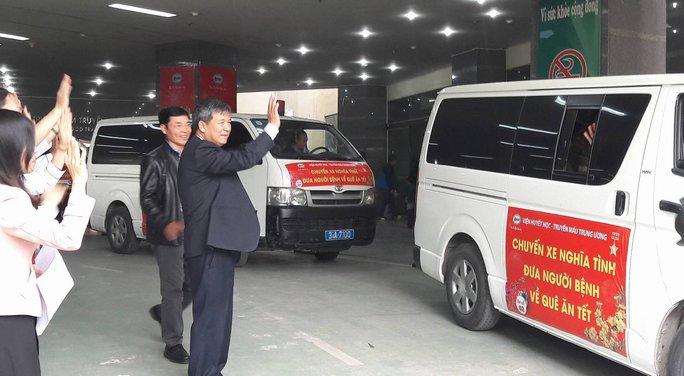 Viện trưởng Viện Huyết học- Truyền máu Trung ương, GS Nguyễn Anh Trí tiễn các bệnh nhân lên xe về nhà đón tết cùng người thân
