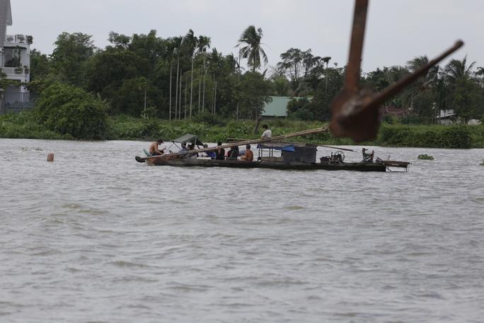 Tàu chở cát bị tông chìm dưới đáy sông Sài Gòn, mẹ và bé gái mất tích - Ảnh 2.