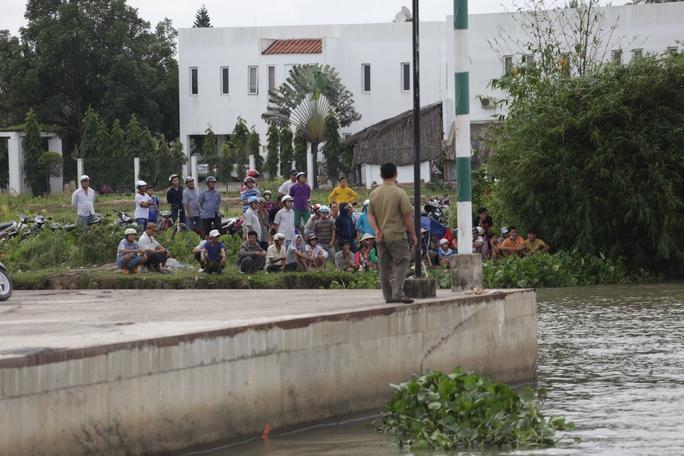 Tàu chở cát bị tông chìm dưới đáy sông Sài Gòn, mẹ và bé gái mất tích - Ảnh 3.