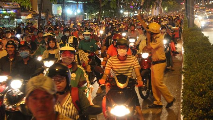 Đường Phạm Văn Đồng, đoạn qua giao lộ với đường Nguyễn Xí, cảnh kẹt cứng xảy ra vào khoảng 20 giờ khi hàng ngàn phương tiện xếp ken đặc mặt đường, nhích từng chút một để lưu thông. Tuy lực lượng CSGT tăng cường người điều tiết, phần luồng nhưng tình hình ùn tắc mới bắt đầu giảm bớt vào khoảng 21 giờ cùng ngày