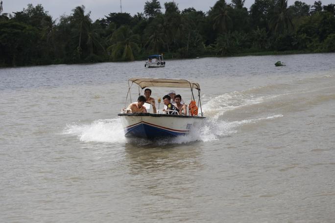Tàu chở cát bị tông chìm dưới đáy sông Sài Gòn, mẹ và bé gái mất tích - Ảnh 4.