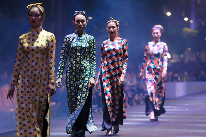 Hàng ngàn người đội mưa xem thời trang trên phố đi bộ Nguyễn Huệ. - Ảnh 1.