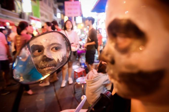 Hàng ngàn người đổ về phố Tây Bùi Viện chơi Halloween - Ảnh 4.
