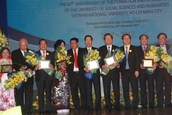 Nhiều thế hệ tề tựu về Trường ĐH Khoa học Xã hội và Nhân văn TP HCM  - Ảnh 2.