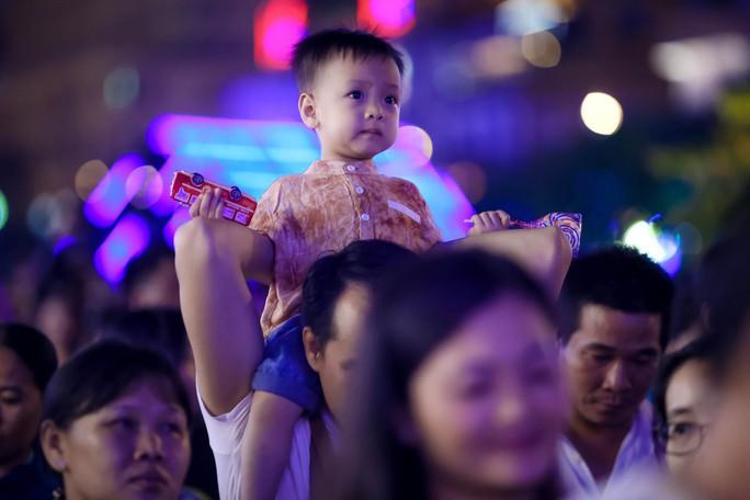 """""""Biển người"""" đổ về Phố đi bộ Nguyễn Huệ đón năm mới - Ảnh 14."""