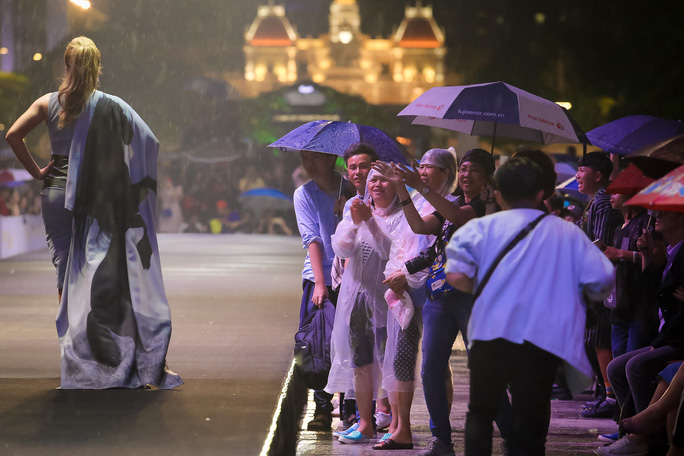 Hàng ngàn người đội mưa xem thời trang trên phố đi bộ Nguyễn Huệ. - Ảnh 11.