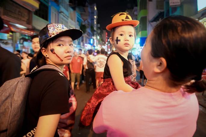 Hàng ngàn người đổ về phố Tây Bùi Viện chơi Halloween - Ảnh 10.
