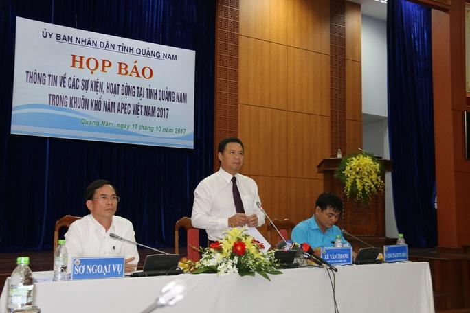 Quảng Nam tặng tranh mạ vàng cho đại biểu dự APEC - Ảnh 1.