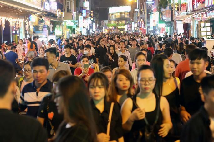 Hàng ngàn người đổ về phố Tây Bùi Viện chơi Halloween - Ảnh 7.