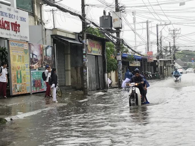 Sài Gòn mưa rả rích nhưng mênh mông nước! - Ảnh 4.
