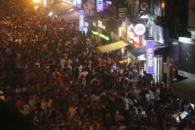 Hàng ngàn người đổ về phố Tây Bùi Viện chơi Halloween - Ảnh 13.