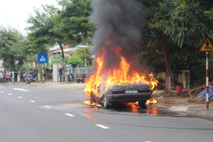 Ô tô 4 chỗ cháy ngùn ngụt khi đang lưu thông - Ảnh 1.