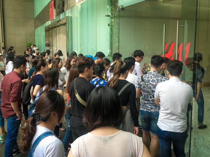 Dân Việt cũng chen lấn mệt mỏi trong ngày Black Friday - Ảnh 3.
