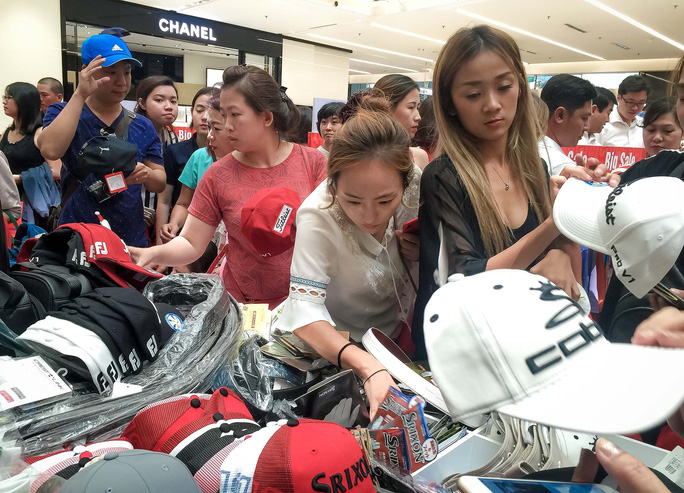 Dân Việt cũng chen lấn mệt mỏi trong ngày Black Friday - Ảnh 13.